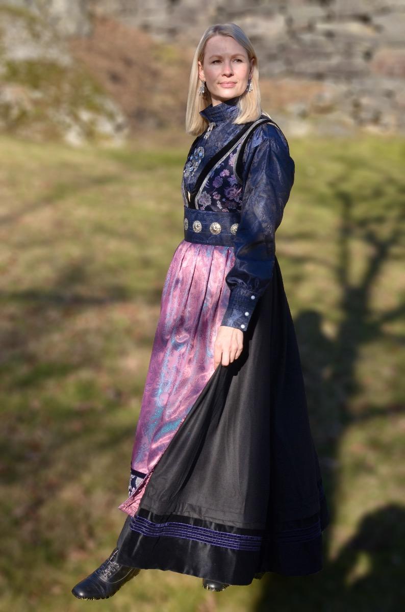 Elvira festdrakt dame, sortlilla med blå silkeskjorte